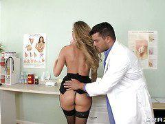 врач трахнул девственницу